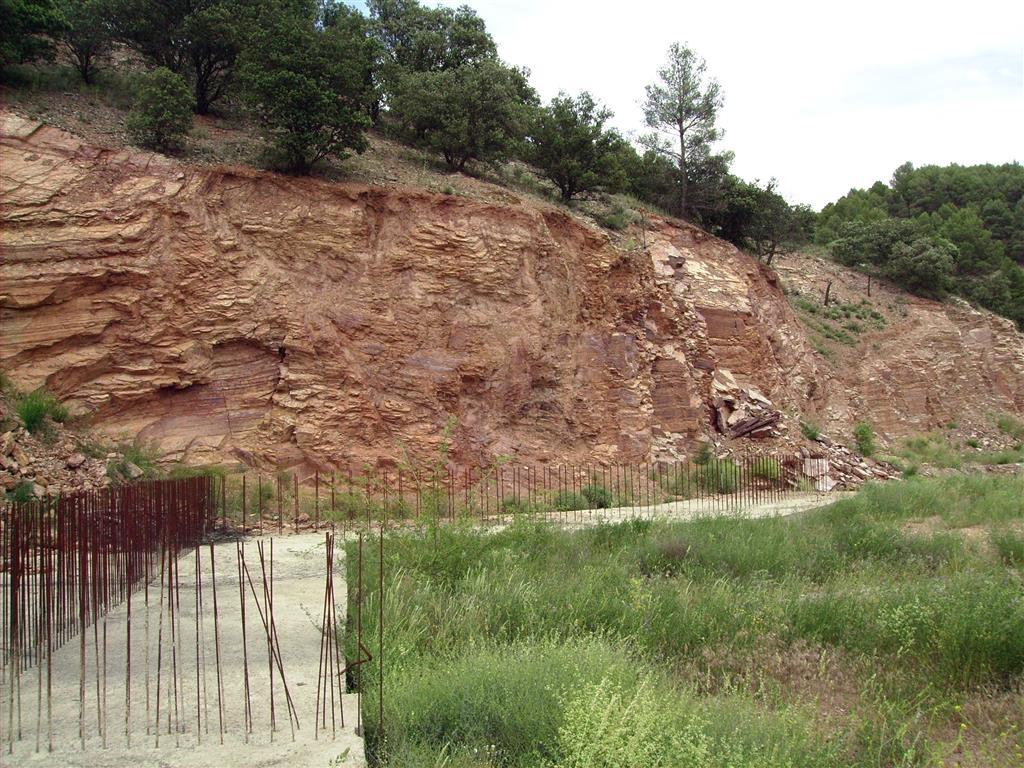 Labores de explanación del terreno y cimentación para el futuro Centro de Interpretación del Cámbrico de Murero, excavadas en las alternancias de cuarcitas y lutitas de la Formación Borobia (Languedociense). Confluencia de las ramblas de Valdemiedes y Valdenegro.