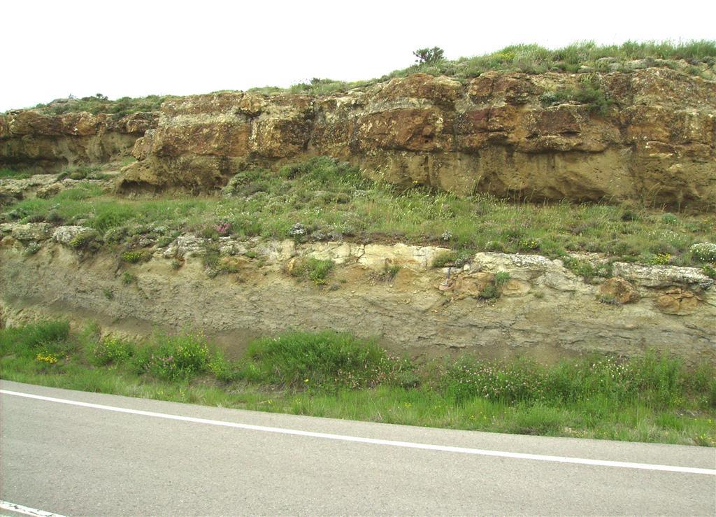 Fm Areniscas del Maestrazgo. Aptiense superior- Albiense basal. Paraje de la Silla de Pilatos. Carretera A-226.