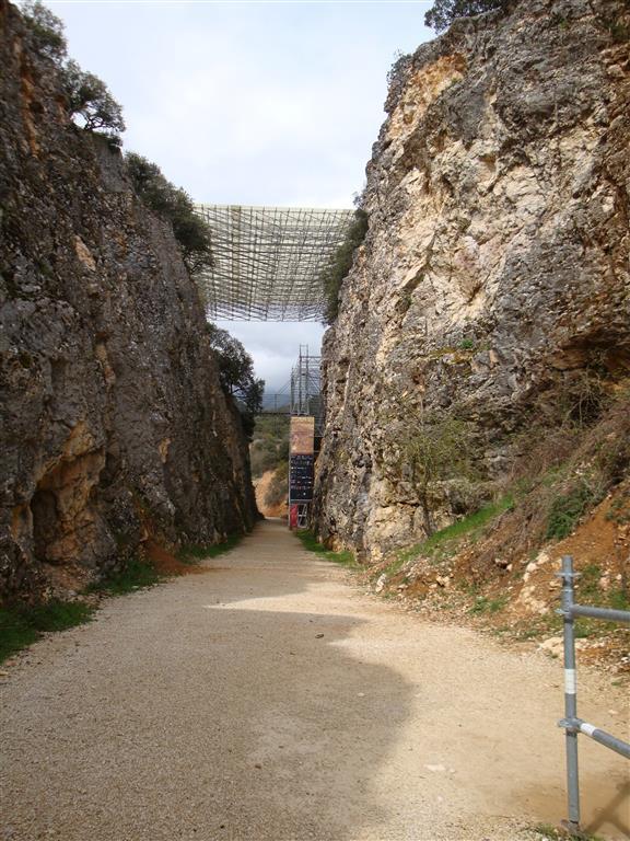 Vista de la trinchera del ferrocarril donde se encuentran los yacimientos paleontológicos del Cuaternario de Atapuerca. Los andamios corresponden al yacimiento Galería.