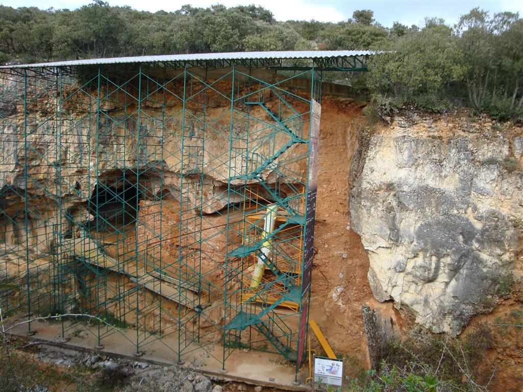 Panorámica del yacimiento de Galería donde se observa el relleno sedimentario de la cavidad. Vista desde el borde oeste de la Trinchera del ferrocarril. Atapuerca.