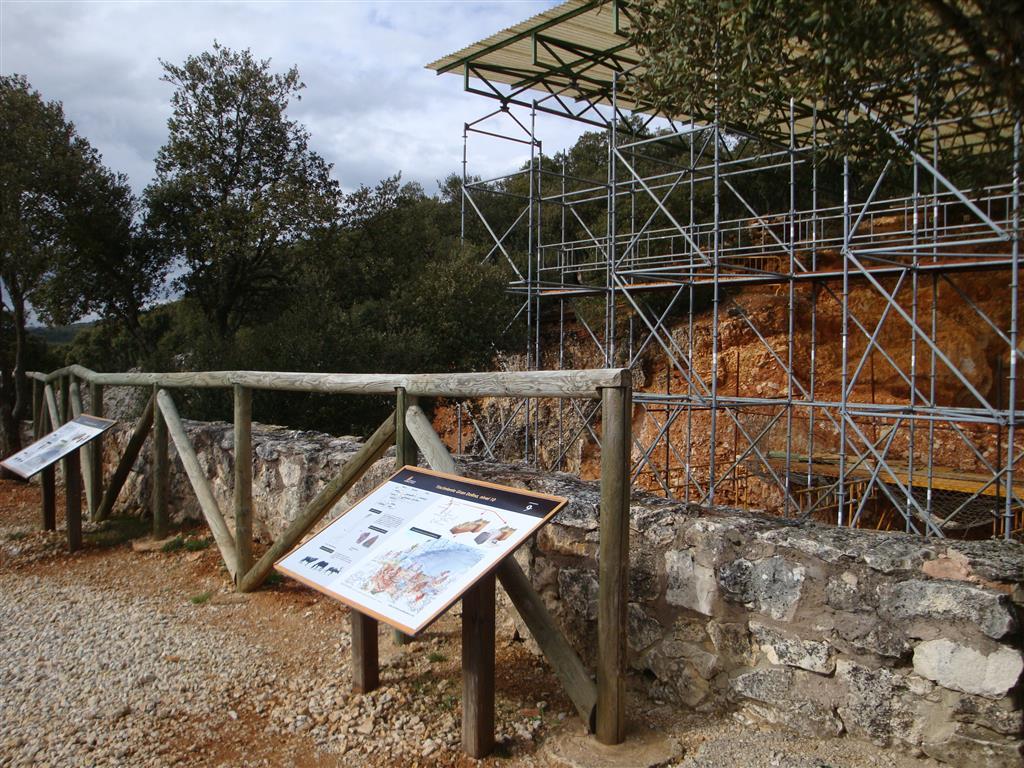 Paneles explicativos de los yacimientos paleontológicos de Gran Dolinal. Atapuerca.