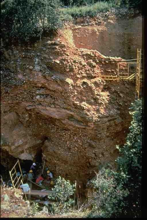 Vista parcial del yacimiento Gran Dolina en la trinchera del ferrocarril de la Sierra de Atapuerca, durante los trabajos de los años 90 del pasado siglo (foto Equipo Investigador de Atapuerca)