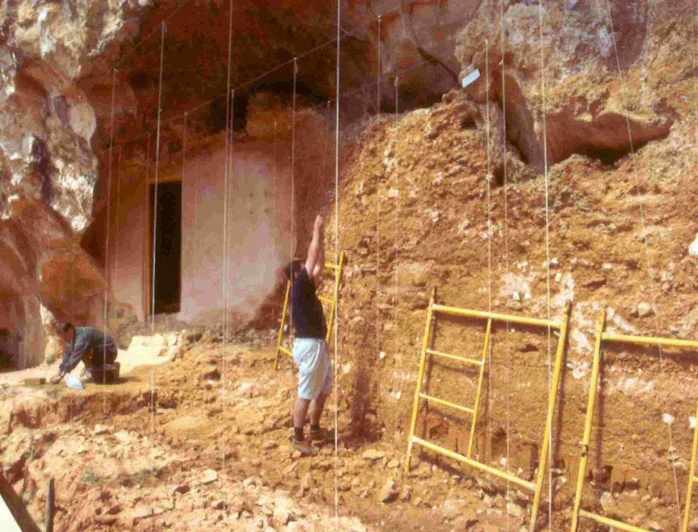 Vista general del yacimiento Galería en la trinchera del ferrocarril de la Sierra de Atapuerca, durante los trabajos de los años 90 del pasado siglo (foto Equipo Investigador de Atapuerca)