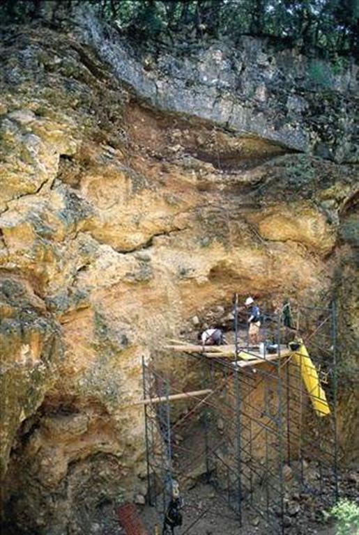 Detalle de la excavación del yacimiento Sima del Elefante en la trinchera del ferrocarril de la Sierra de Atapuerca, durante los trabajos de los años 90 del pasado siglo (foto Equipo Investigador de Atapuerca)