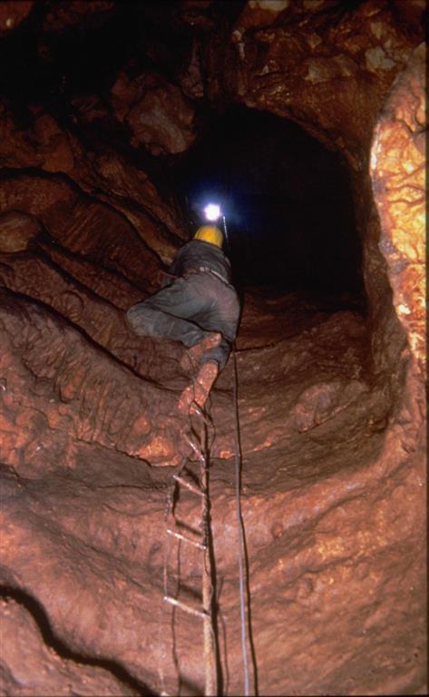 Vista de la sima por la que se accede al yacimiento de la Sima de los Huesos de Atapuerca (foto Mariano Bautista)