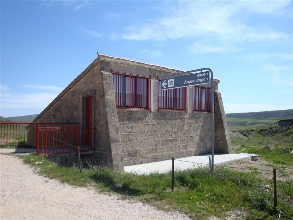 Vista del museo in situ o exomuseo sobre el yacimiento paleontológico de Ambrona.