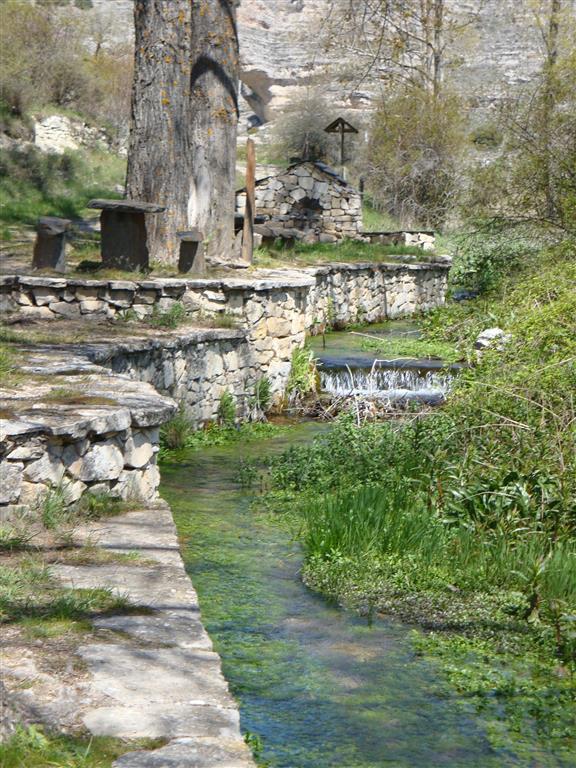Área recreativa en la Laguna de Somolinos, próxima a la sección del Cretácico Superior. También se observa el canal fluvial del río Bornova que desemboca en la laguna.