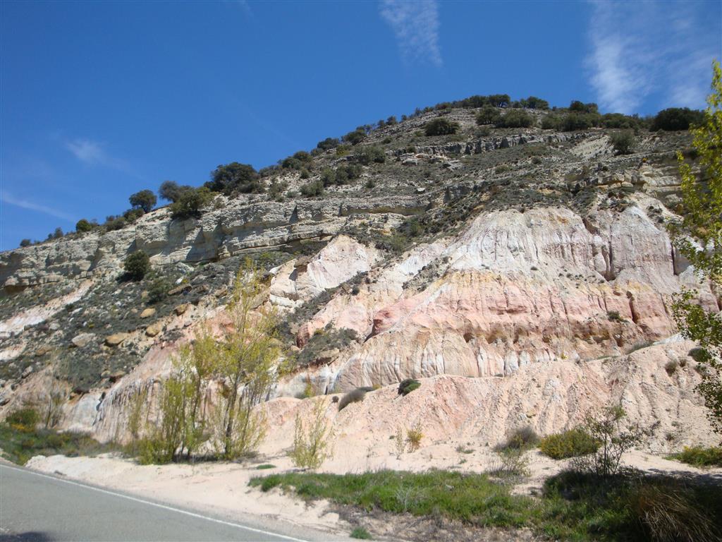Cuarzoarenitas con matriz arcillosa (caolinita) y niveles de gravas del Cenomaniense Superior (Fm. Utrillas). Por encima se encuentran las calizas del Turoniense Superior de la Formación Picofrentes.