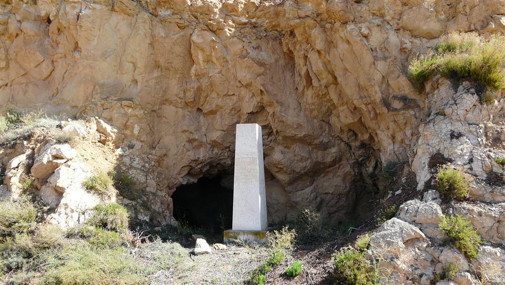 Monumento que homenajea la actividad paleontológica de Rafael Adrover sobre el Turoliense.