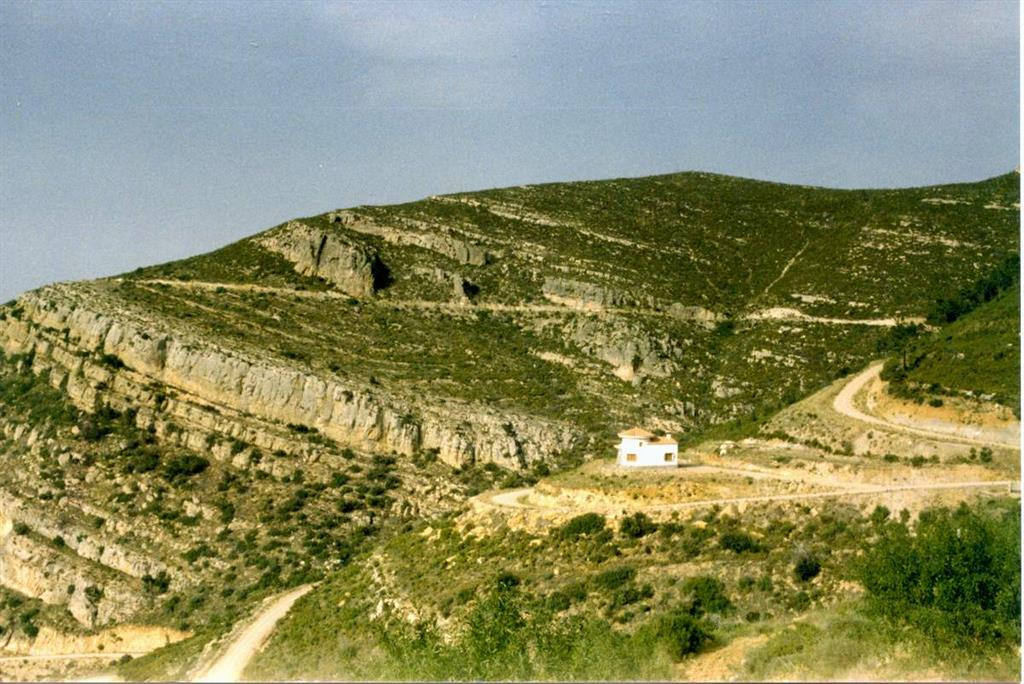 Vista hacia el N del afloramiento y su entorno desde la carretera forestal de Siete Aguas a Chera.