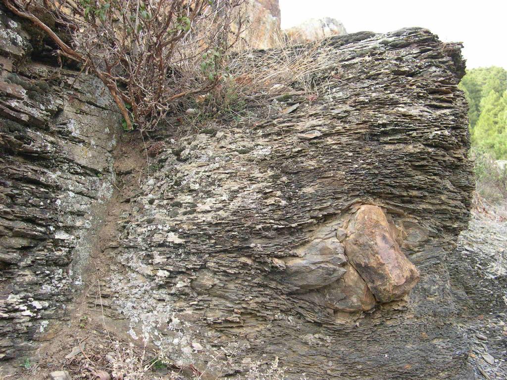 Detalle del dropstone protegido por una reja