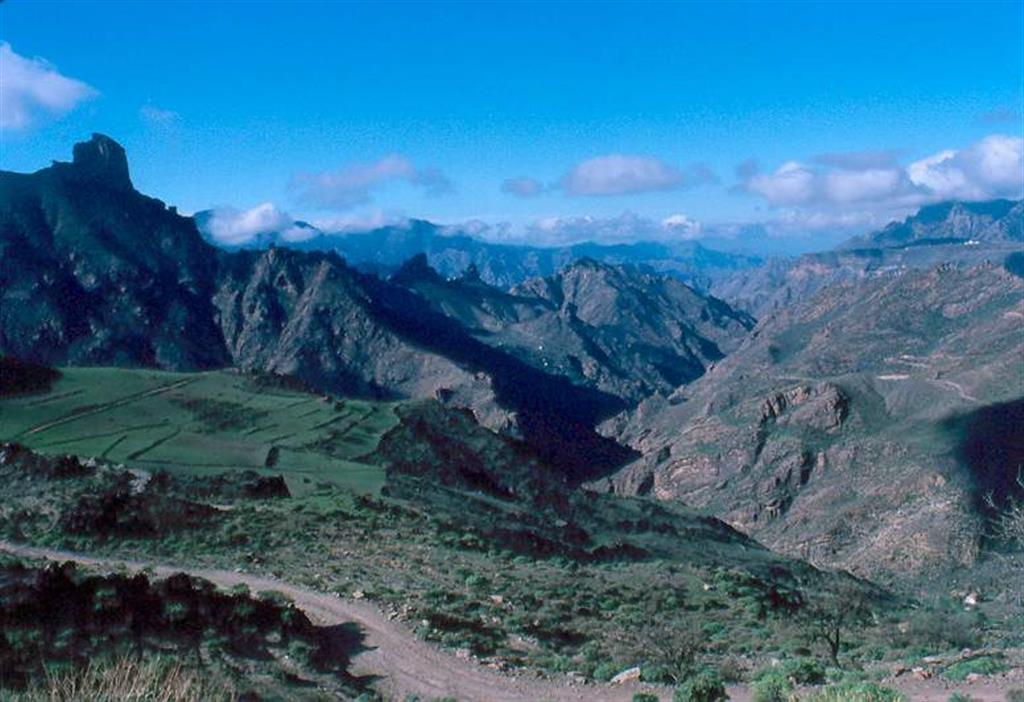 Panorámica general del Barranco de Tejeda, en el entorno de la Caldera. A la Izda. Roque Bentaiga