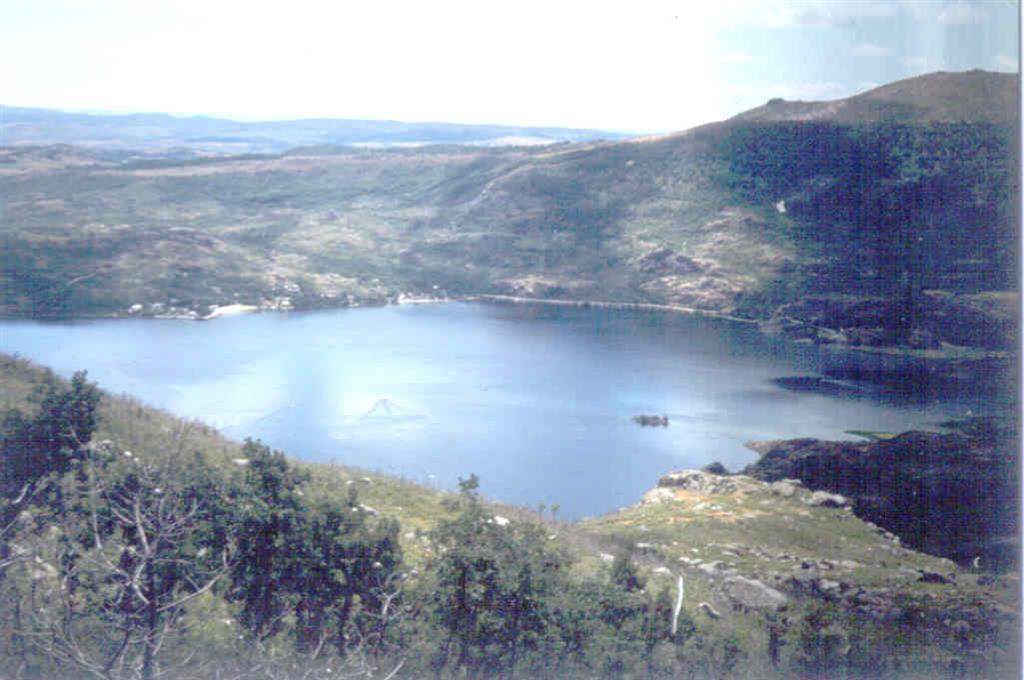 Panorámica del Lago desde un lugar próximo a San Martín de Castañeda. Al fondo Ribadelago (fotografía tomada en 1983)
