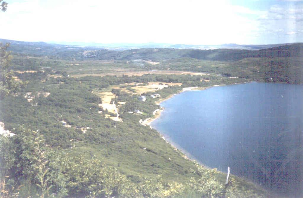 El lago está cerrado hacia el Este por morrenas frontales y desagües en el Río Tera.