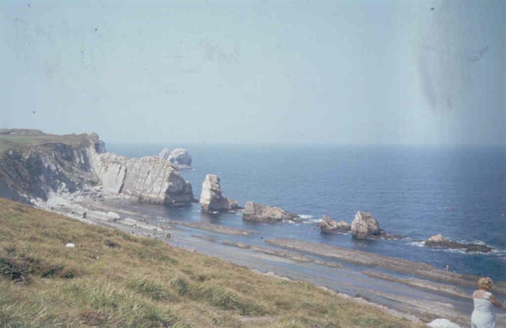 A medida que el acantilado retrocede se forma la plataforma de abrasión situada al pié del acantilado y formada por la acción disolvente de las olas y erosión subaérea.
