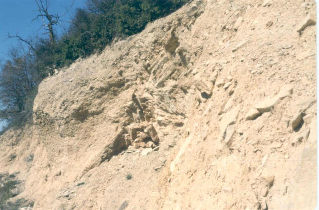 Fosa tectónica de Ferrán desde la entrada del pueblo del mismo nombre y aspecto de la brecha de falla asociada a la fosa.
