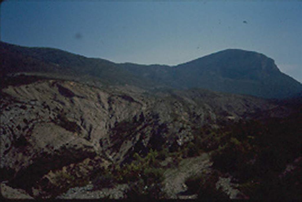 Prolongación hacia el W del anticlinal de Bòixols-Sant Corneli. Puede observarse en primer término las masas olistolíticas intercaladas en margas, sin mise en place. Y en segundo término el anticlinal periclinal de Sant Corneli fracturado por su flanco S
