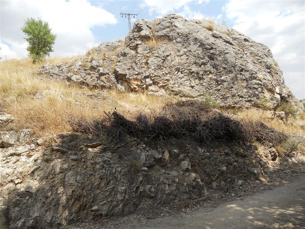 Castillo de Segura de la Sierra, enclavado sobre las dolomías de edad Cenomaniense de la Formación Dolomítica. En la parte inferior afloran las arenas de edad Albiense superior de la formación Utrillas