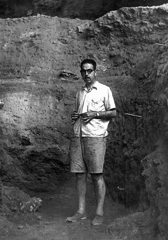 El profesor F. Jordá Cerdá (1914-2004) en Cova Negra hacia 1945 (foto Archivo Servicio de Investigaciones Prehistóricas de la Diputación Provincial de Valencia)