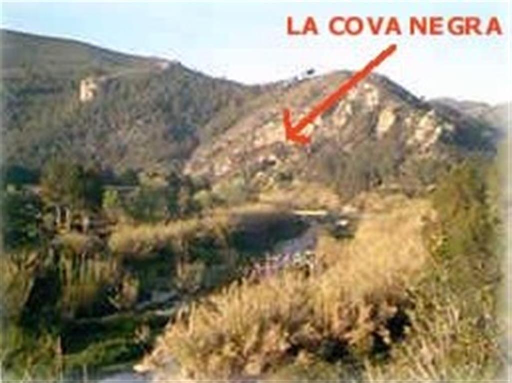 Situación de Cova Negra en su entorno paisajístico (foto http://usuarios.lycos.es/jordi_puig/xativaalrededores.htm)