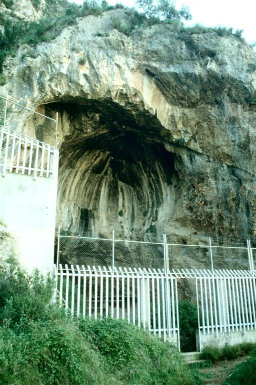 Cova Negra, cerramiento de protección de la gran abertura que le da acceso (foto Jesús F. Jordá Pardo)
