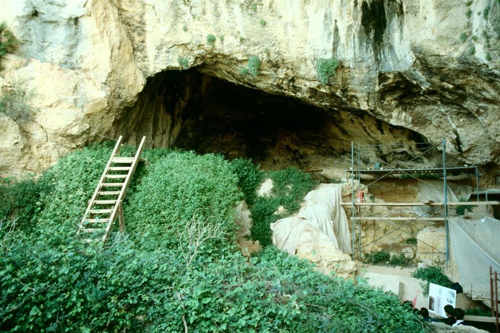 Cova Negra, vista general de su interior mostrando el relleno que constituye el yacimiento, en 1989 (foto Jesús F. Jordá Pardo)