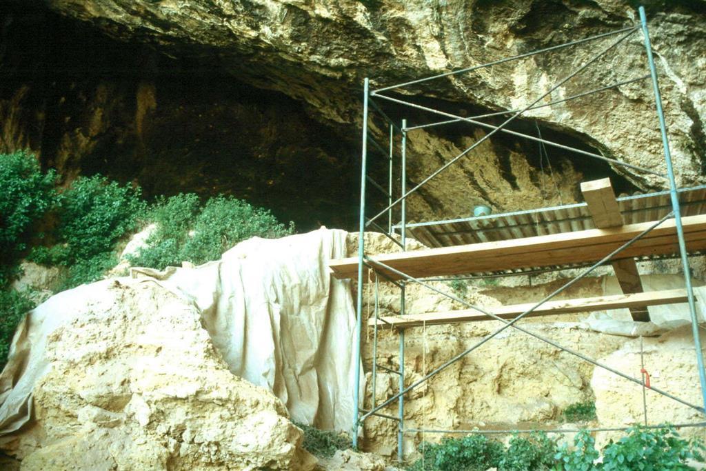 Cova Negra, detalle de los cortes estratigráficos de la zona excavada del yacimiento, en 1989 (foto Jesús F. Jordá Pardo)