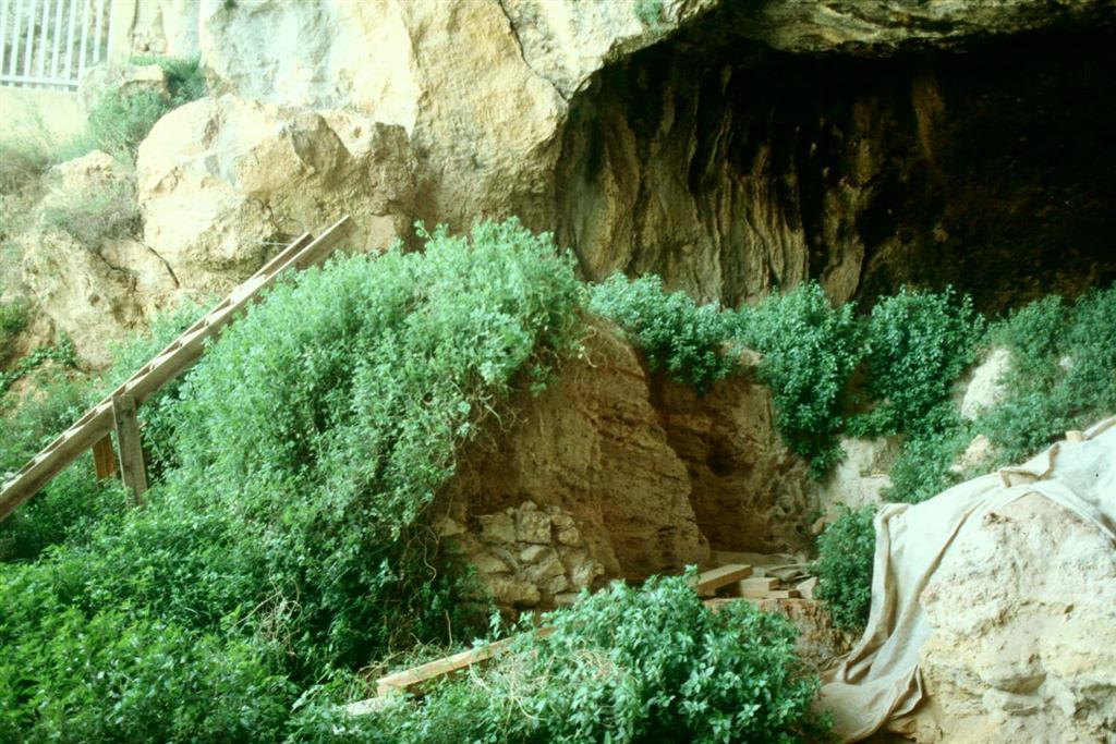Cova Negra, vista parcial de la zona excavada del yacimiento, en 1989 (foto Jesús F. Jordá Pardo)