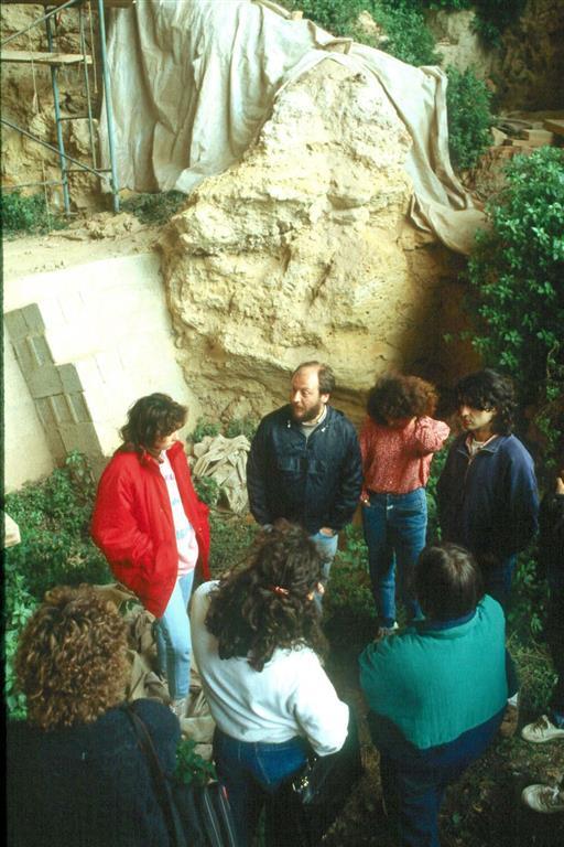 Cova Negra, durante el workshop organizado por AEQUA y la Universidad de Valencia en abril de 1989. La Dra. Fumanal y el Dr. Villaverde realizan las explicaciones del yacimiento (foto Jesús F. Jordá Pardo)