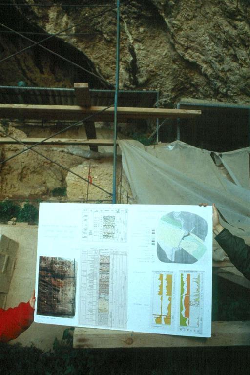 Cova Negra, durante el workshop organizado por AEQUA y la Universidad de Valencia en abril de 1989. En la foto el póster explicativo (foto Jesús F. Jordá Pardo)