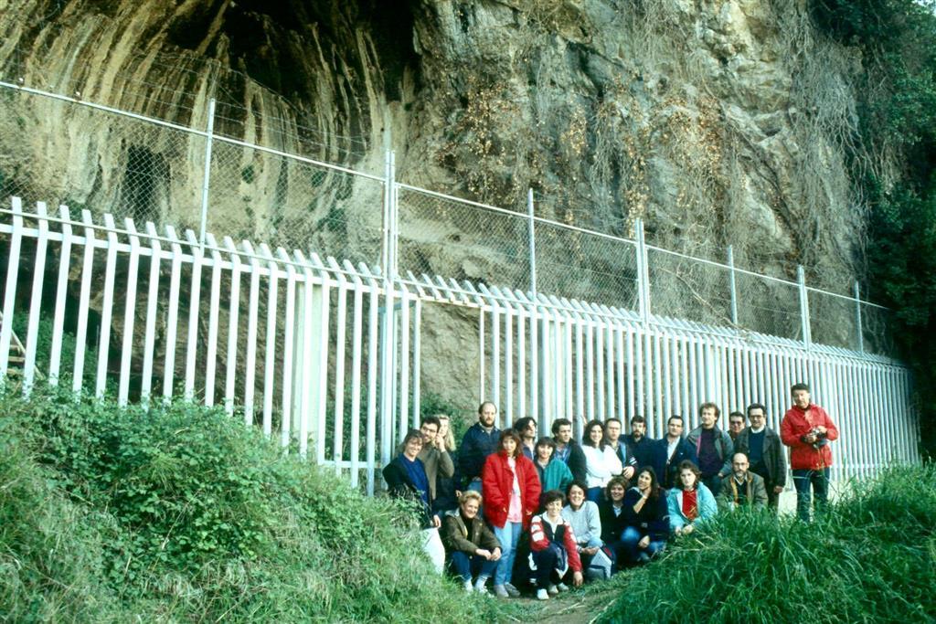 Cova Negra, durante el workshop organizado por AEQUA y la Universidad de Valencia en abril de 1989. (foto Jesús F. Jordá Pardo)
