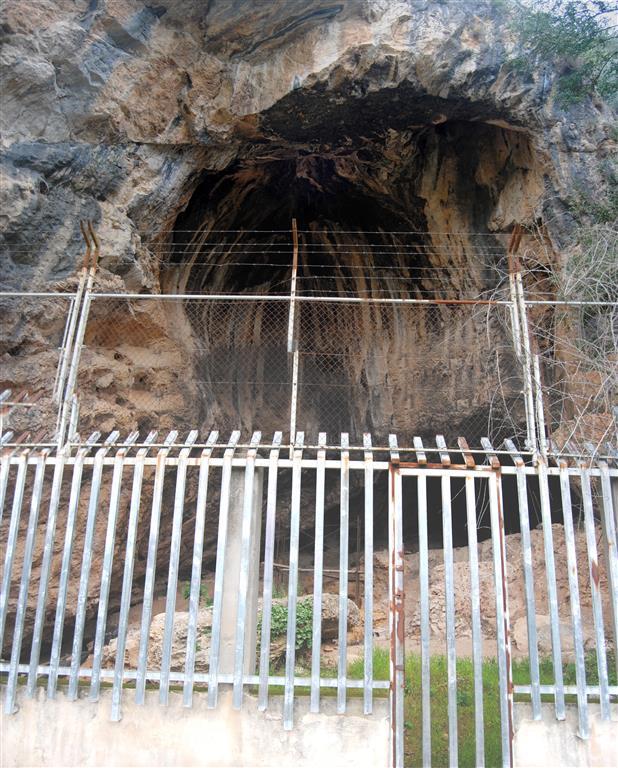 Estado del cerramiento de la Cova Negra en mayo 2016