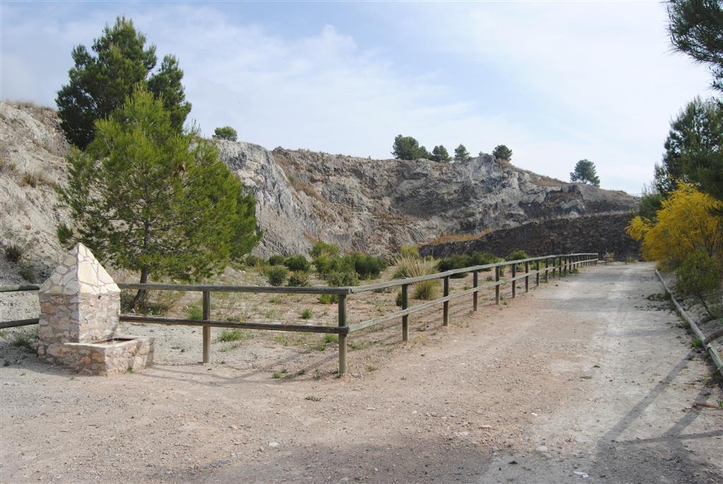 Entrada a área acondicionada de la antigua cantera (Foto Á. García Cortés, 2016).