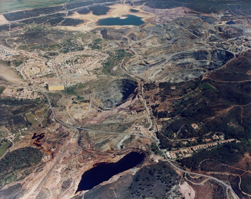 Vista aérea de las labores de Tharsis. La corta situada en el borde inferior de la foto es la de Filón Sur y la inundado a la dcha de la foto la de Filón Centro. En el Filón Norte están las grandes cortas de Sierra Bullones y Filón Norte