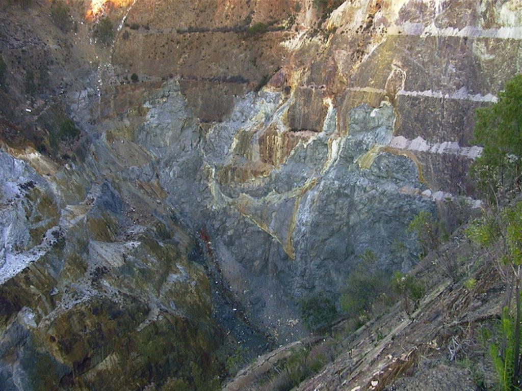 Sulfuros masivos en el fondo de la corta de La Zarza. Los sulfuros masivos tienen una morfología irregular con el mineral silíceo en el borde