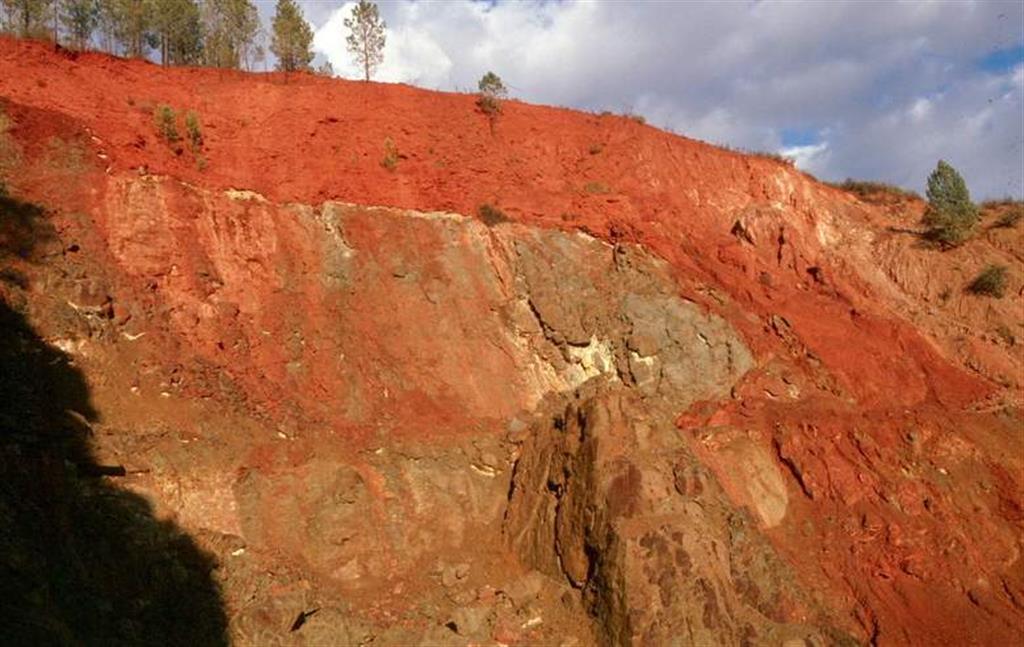 Afloramiento de sulfuros masivos remplazando a rocas volcánicas.