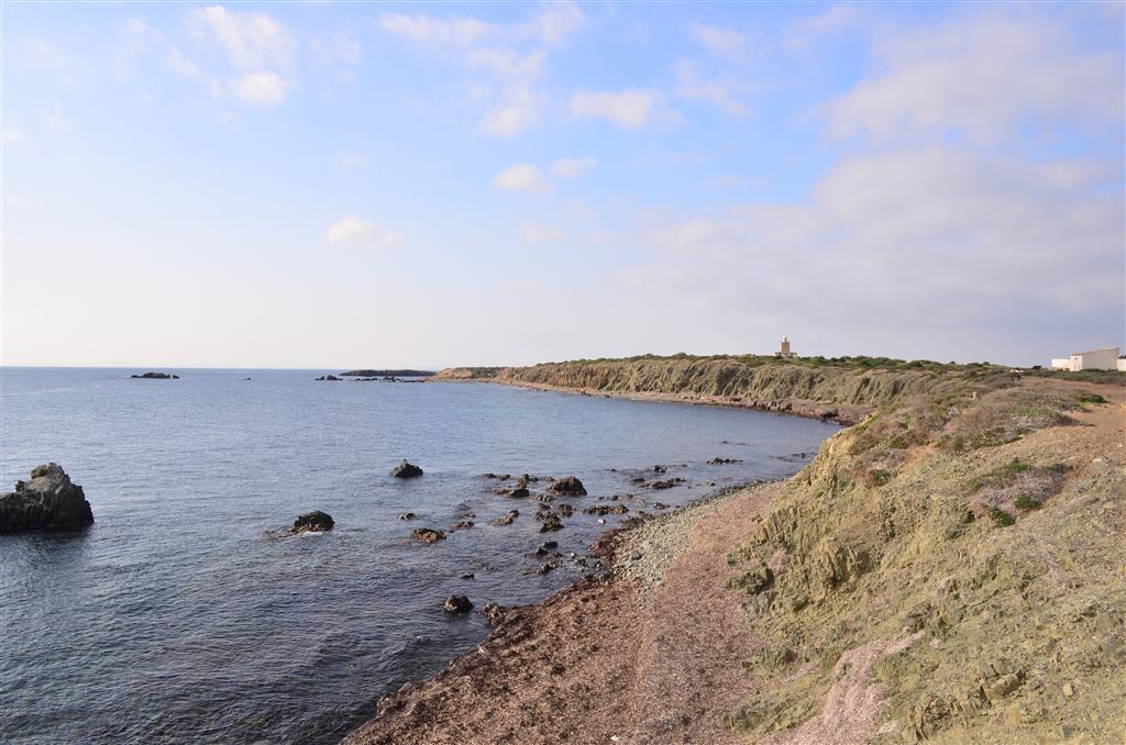 Margen meridional de la isla de Tabarca. Acantilados de ofitas y pequeños islotes