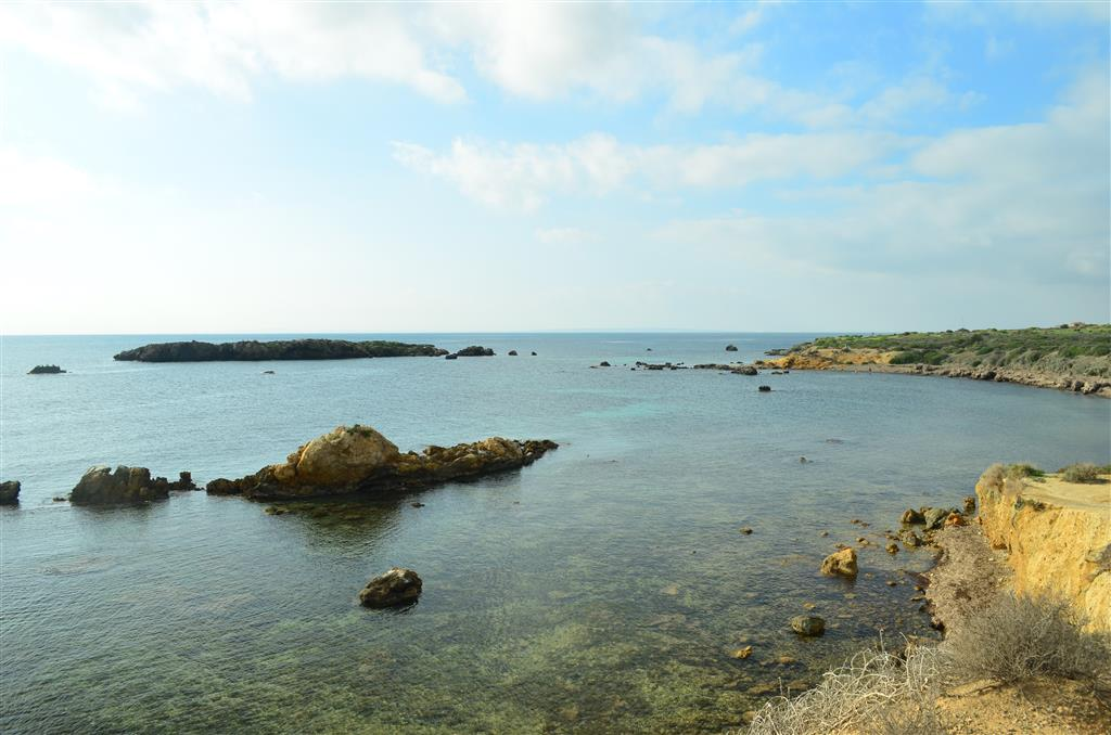 Islote de la Galera (al fondo) desde playa de La Faroleta