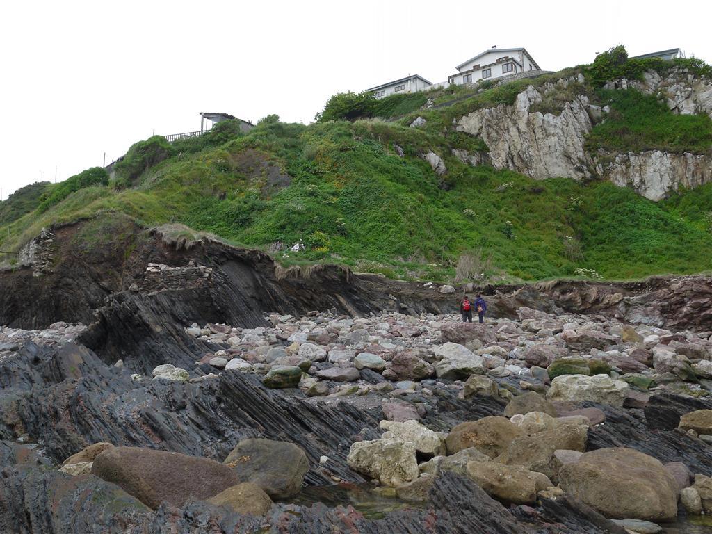 Fotografía en la que se puede observar el retroceso de la parte inferior en la zona de cabalgamiento Devónico/Carbonífero de la Plataforma, debido a la acción de grandes tormentas marinas