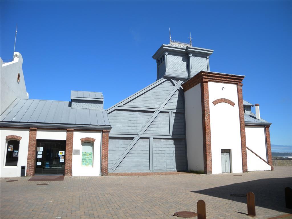 Exterior del Museo de la mina de Arnao, primera mina de carbón de la que existen citas en España (s. XVI), primer pozo vertical de Asturias, y única cuyas galerías discurrían por debajo de la plataforma marina