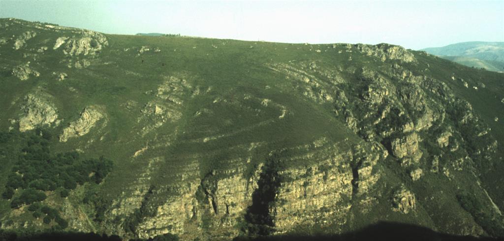 Sinclinal del Courel, plegando a Cuarcita Armoricana en ladera oriental río Ferreiriño, visto desde ladera O del río encima de Campodola, 120 m al O Km 10 de Ctra de Quiroga a Folgoso do Courel. N a la Izda