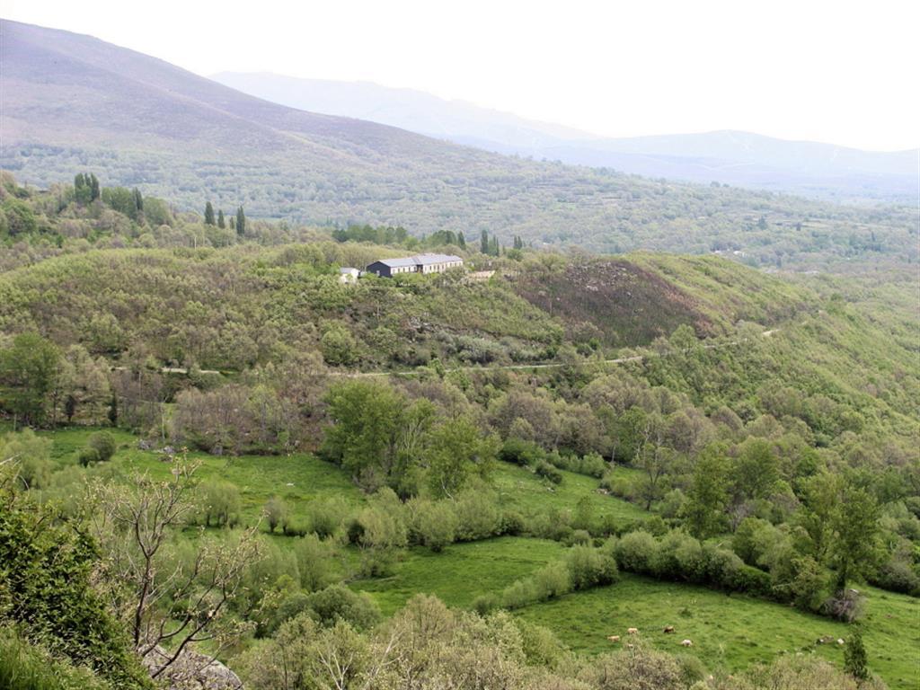 Morrena norte del lago sobre la que se sitúa el Albergue Juvenil.