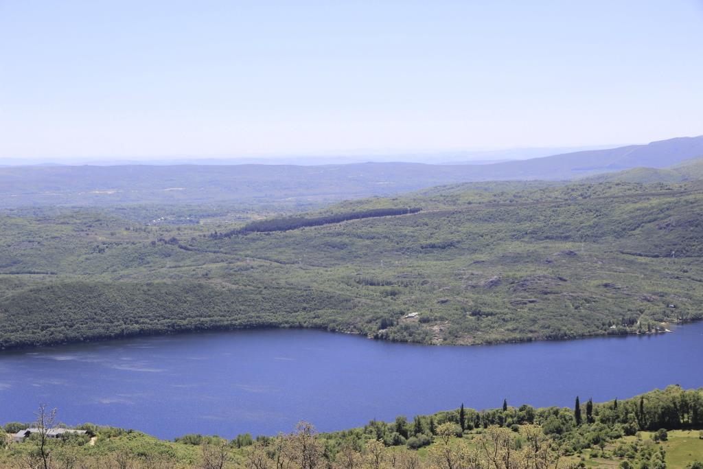 Orilla sur con la morrena y zona del estrechamiento que coincide con el umbral que separa las dos depresiones de la cuenca lacustre.