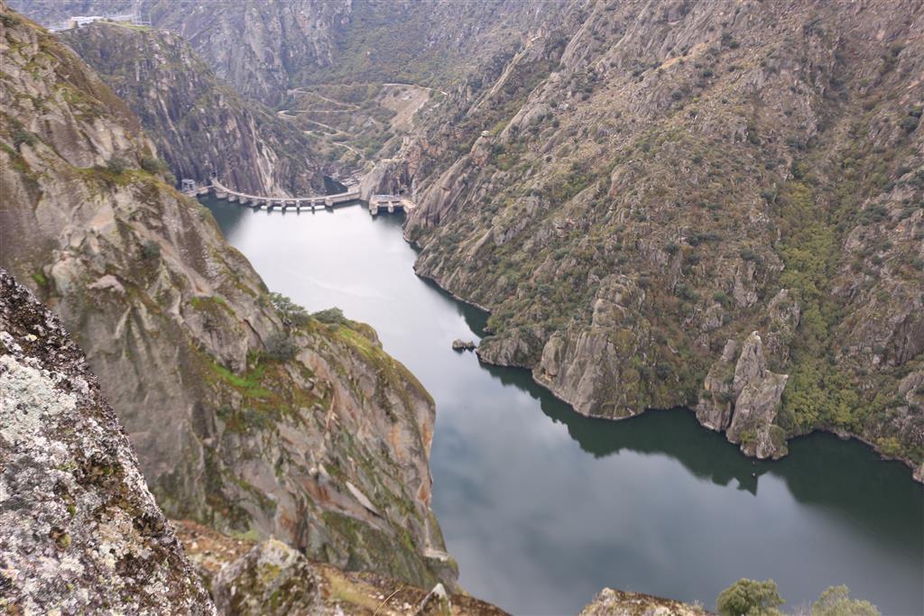 El Salto de Aldeadávila elevada sobre el fondo del profundo tajo de Las Arribes aguas abajo.