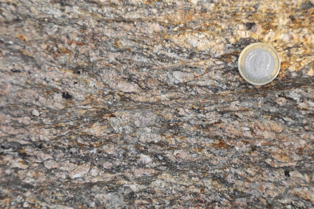 Afloramiento 7: Granitos de Juzbado cizallados con estructuras S-C.