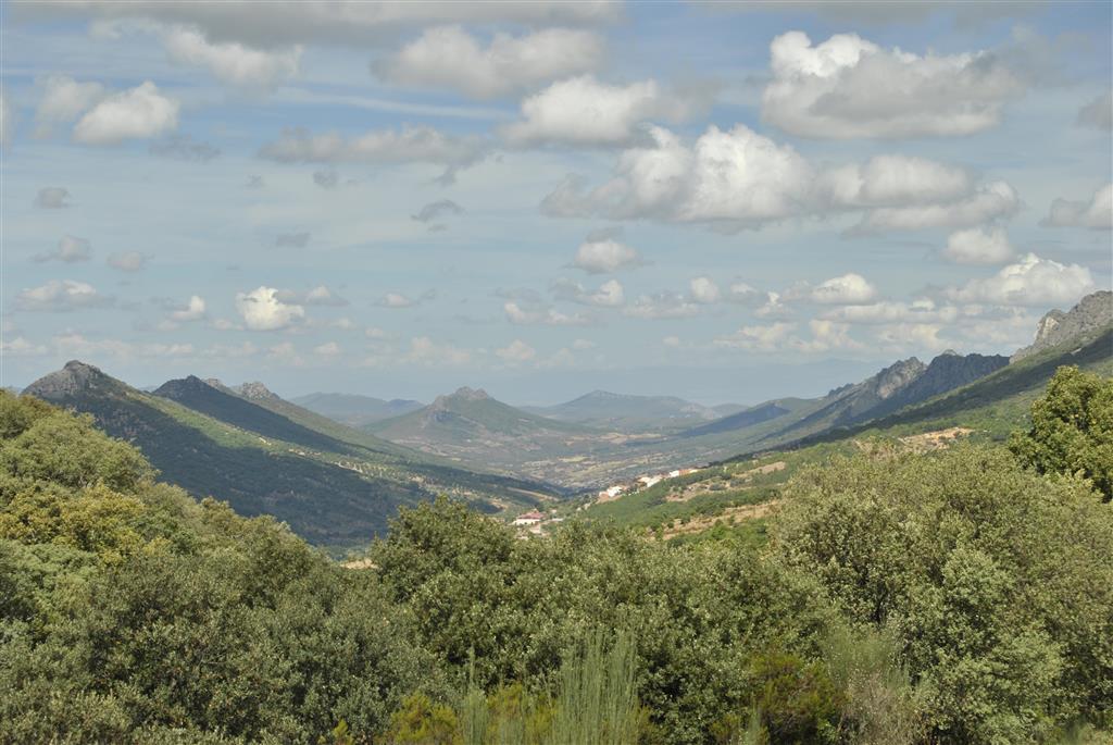 Valle del río Almonte (anticlinal), vista desde el Norte, con el pueblo de Navezuelas.