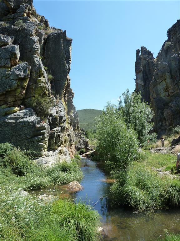 Portilla (cluse) del río Almonte en cuarcitas armoricanas, atravesando el flanco noroccidental del anticlinal.