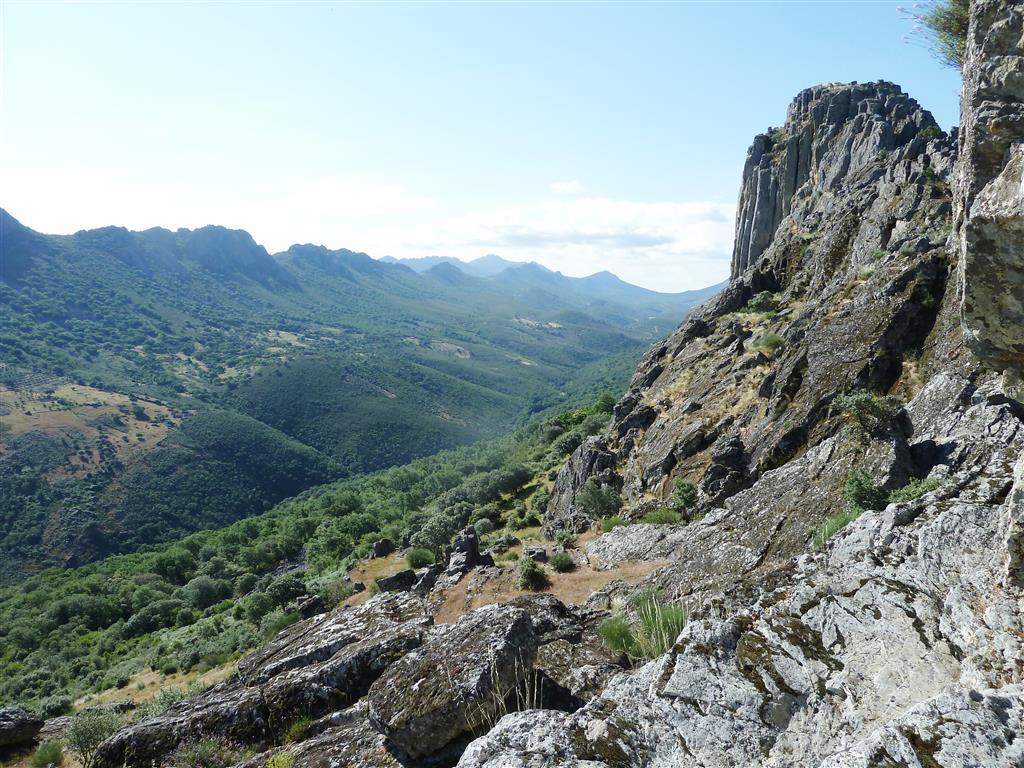 El sinclinal de Sta. Lucía desde el castillo de Cabañas del Castillo, con las crestas cuarcíticas.