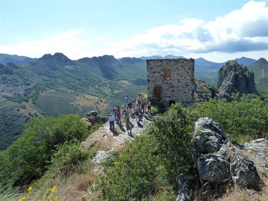 El mirador del castillo de Cabañas del Castillo con el sinclinal de Sta. Lucía y el pico de La Villuerca al fondo. Se observan multitud de canchales.