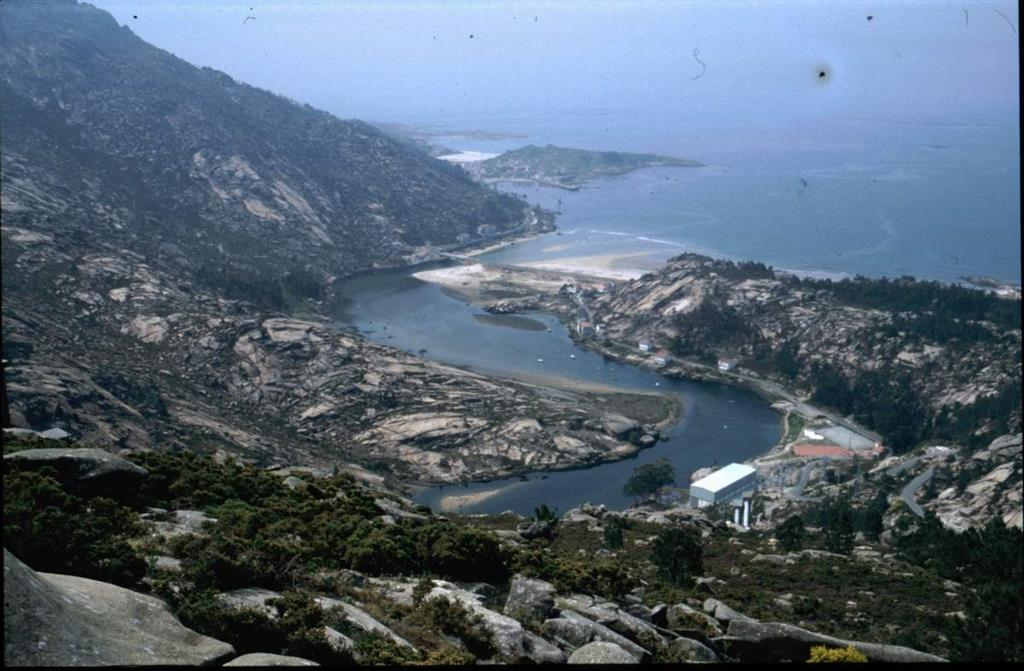 Ria de Ezaro cerrada por un cordón litoral